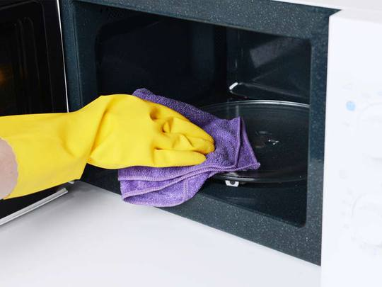 cleaning a microwave oven form inside